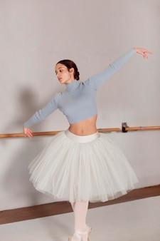 Widok z przodu tańczącej baleriny w spódnicy tutu