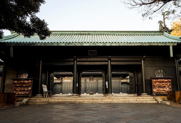 Widok z przodu tradycyjnej japońskiej konstrukcji drewnianej