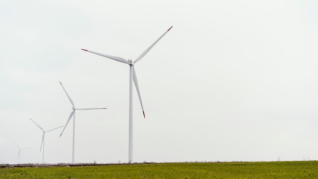 Widok z przodu turbin wiatrowych z miejsca na kopię