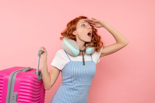 Widok z przodu turystki z jej różową torbą