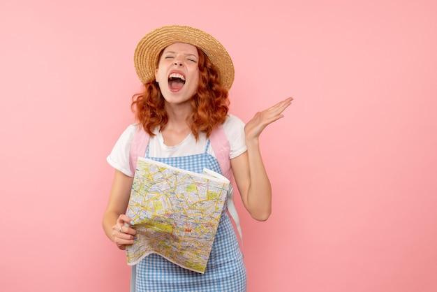 Widok z przodu turystki z mapą próbującą znaleźć kierunek w obcym mieście