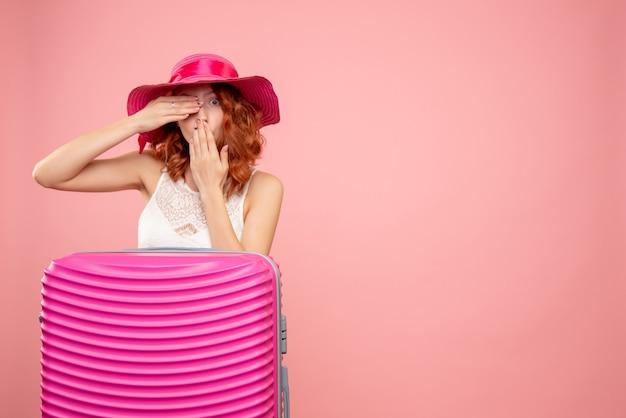 Widok z przodu turystki z różową torbą na różowej ścianie