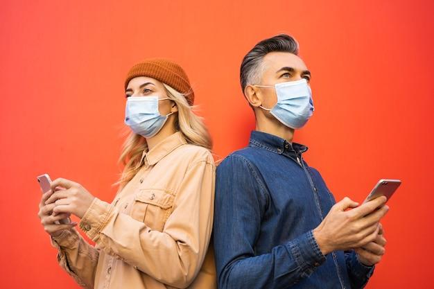 Widok z przodu twarzy mężczyzny i kobiety z maską