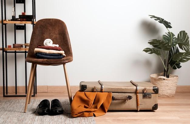 Widok z przodu ubranie z rocznika walizki