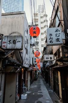 Widok z przodu ulicy w japonii z budynkiem i latarniami