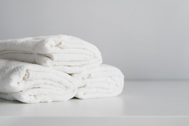 Widok z przodu ułożone białe ręczniki