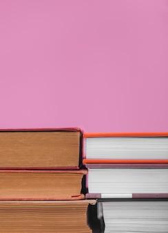 Widok z przodu ułożonych książek w twardej oprawie z miejsca na kopię
