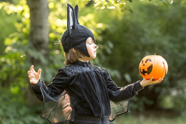 Widok z przodu uroczego nietoperza kostium na halloween