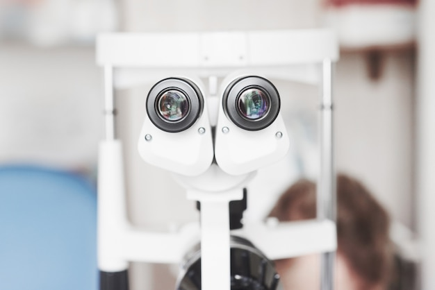 Widok z przodu urządzenia profesjonalnego optyka do badania wzroku.