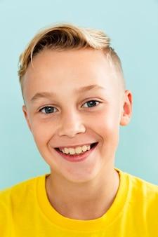 Widok z przodu uśmiech chłopca na sobie żółtą koszulkę