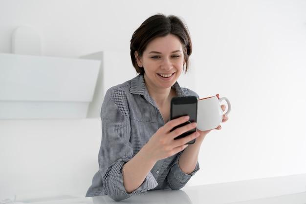 Widok z przodu uśmiechnięta kobieta z kawą