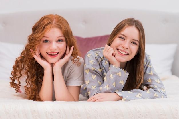 Widok z przodu uśmiechnięte dziewczyny w domu