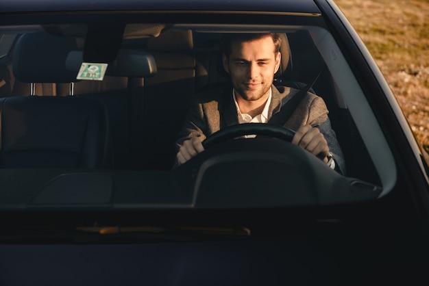 Widok z przodu uśmiechniętego biznesmena w garniturze jazdy