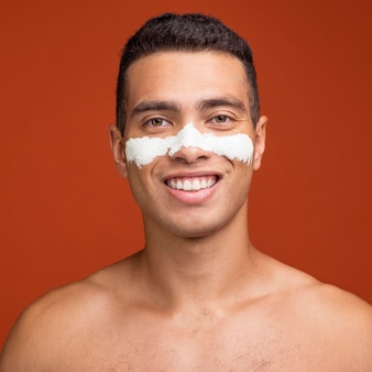Widok z przodu uśmiechniętego człowieka z maską na twarzy