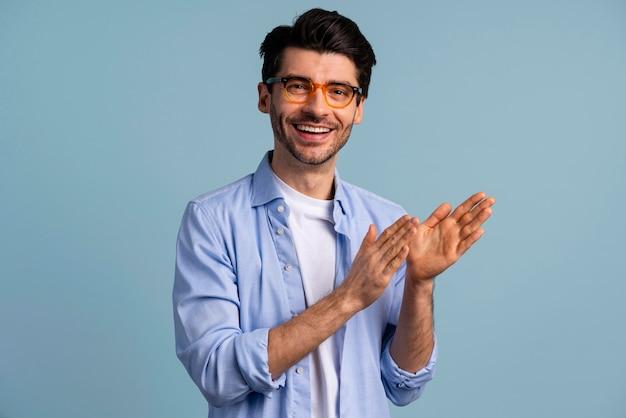 Widok z przodu uśmiechniętego przystojnego mężczyzny w okularach