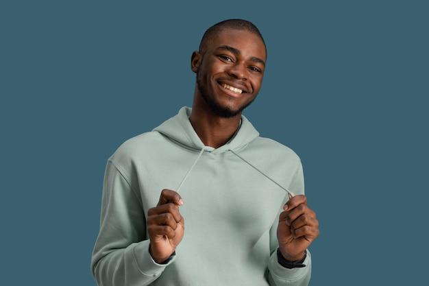 Widok z przodu uśmiechniętego przystojnego mężczyzny