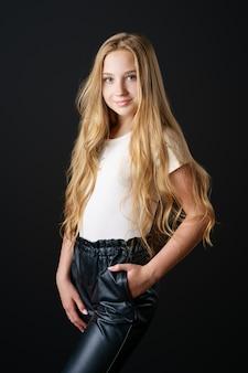 Widok z przodu uśmiechniętej dziewczyny z długimi blond włosami