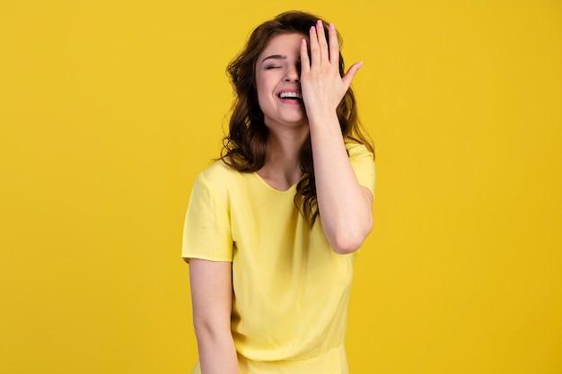 Widok z przodu uśmiechniętej kobiety obejmującej połowę twarzy
