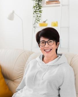 Widok z przodu uśmiechniętej kobiety w domu