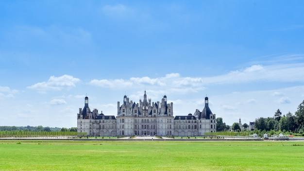 Widok z przodu w słoneczny dzień w zamku chambord we francji w lipcu