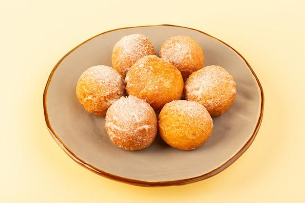Widok z przodu w zamkniętej części cukru w proszku okrągłe okrągłe słodkie, pieczone pyszne ciasteczka wewnątrz okrągłej platformy