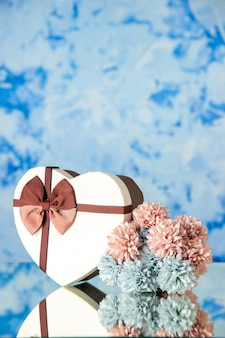 Widok z przodu walentynki prezent z kwiatami na jasnoniebieskim tle małżeństwo kolor pasja rodzina piękno miłość uczucia