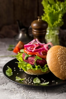 Widok z przodu wegetariański burger na talerzu