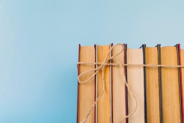 Widok z przodu wiązanej linii książki