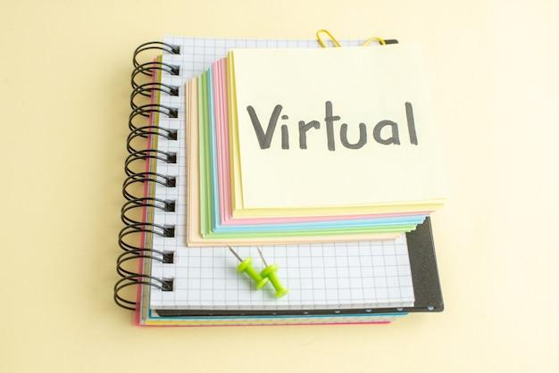 Widok z przodu wirtualna pisemna notatka z kolorowymi papierowymi notatkami na jasnej powierzchni notatnik praca biznesowa pióro pieniądze bank praca zeszyt biuro szkoła