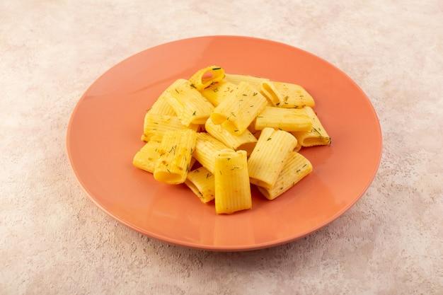 Widok z przodu włoski makaron smaczny posiłek z suszonymi zielonymi ziołami wewnątrz różowej tablicy na różowo