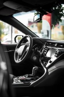 Widok z przodu wnętrza samochodu z kierownicą