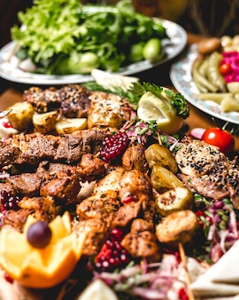 Widok z przodu wymieszaj kebab na szaszłykach z ziemniakami i plasterkami cytryny