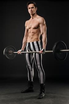 Widok z przodu wysportowany mężczyzna trzyma zestaw wagi
