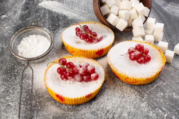 Widok z przodu z bliska pyszne ciasta żurawinowe pieczone i pyszne z czerwoną żurawiną na wierzchu