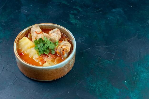 Widok z przodu z bliska rosół z kurczakiem i zieleniną wewnątrz na ciemnoniebieskim tle zupa mięso jedzenie obiad kurczak
