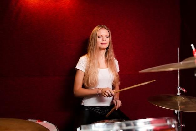 Widok z przodu z boku dziewczyna gra na perkusji