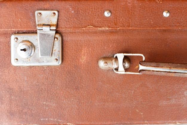 Widok z przodu z brązową walizką vintage,