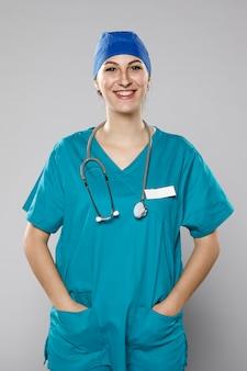 Widok z przodu z uśmiechniętą kobietą lekarza