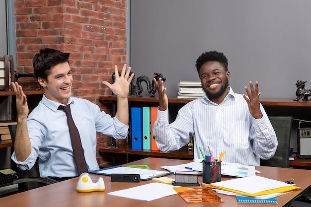 Widok z przodu zachwycony współpracą menedżerów biznesowych