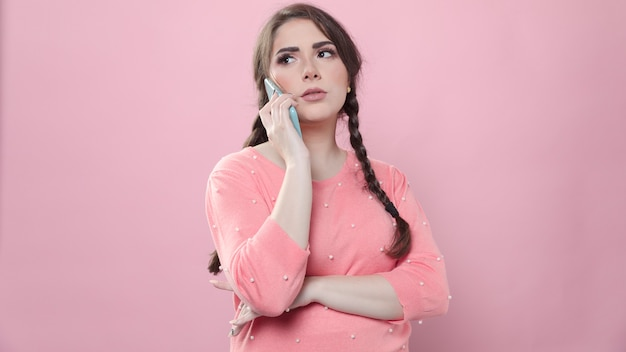 Widok z przodu zainteresowana kobieta rozmawia przez telefon