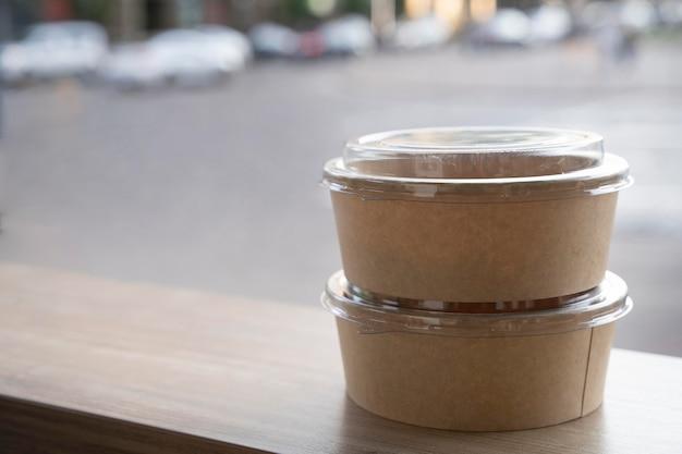 Widok z przodu zapakowanego jedzenia przygotowanego na wynos z miejscem na kopię