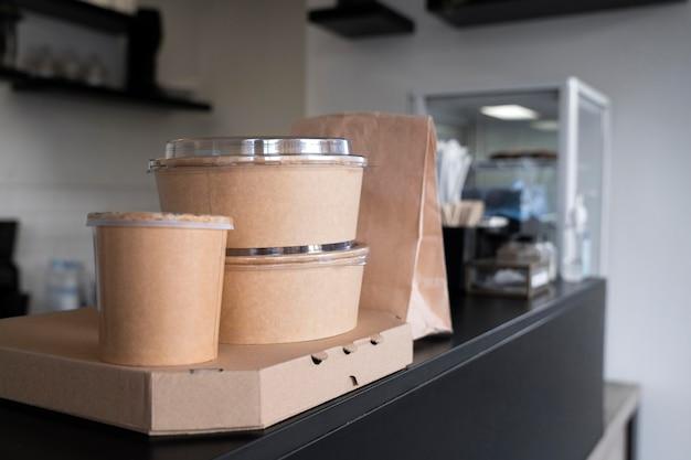 Widok z przodu zapakowanego jedzenia przygotowanego na wynos