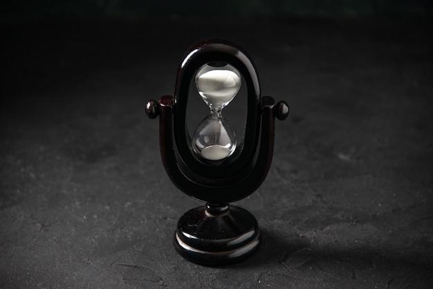 Widok z przodu zaprojektowany w kolorze klepsydry w kolorze czarnym na ciemnej powierzchni