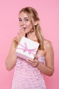 Widok z przodu zaskoczony kobieta z prezentem