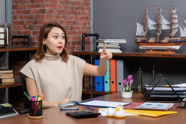 Widok z przodu zaskoczył ładną kobietę pracującą w biurze