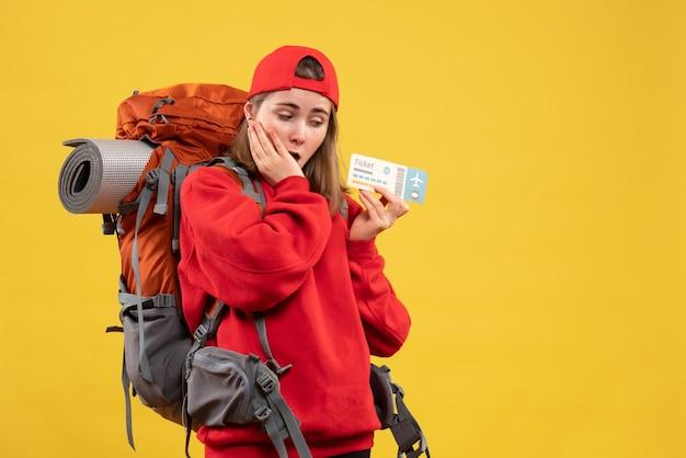 Widok z przodu zastanawiał się, czy kobieta z plecakiem trzyma bilet podróżny