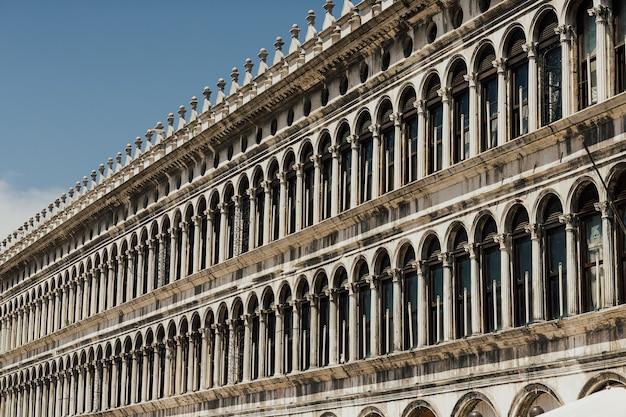 Widok z przodu zbliżenie białej fasady maswerk pałacu dożów w wenecji.