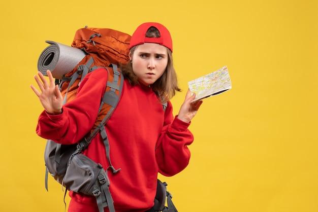 Widok z przodu zdezorientowana kobieta z plecakiem trzymająca mapę podróży