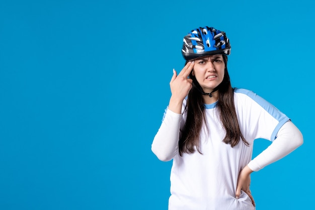 Widok z przodu zdezorientowana młoda kobieta w strojach sportowych z kaskiem