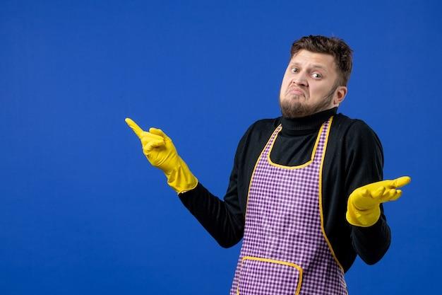 Widok z przodu zdezorientowany mężczyzna gospodyni w czarnym swetrze